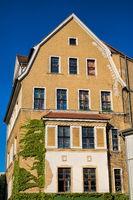 halle saale, deutschland - 17.06.2019 - sanierter altbau mit efeu