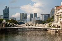 Singapur, Republik Singapur, Stadtansicht mit Fluss und Cavenagh Bridge waehrend Coronakrise (Covid-19)