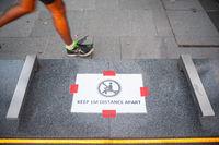 Singapur, Republik Singapur, Safe Distancing Massnahmen durch abgeklebte Flaechen auf Sitzbank