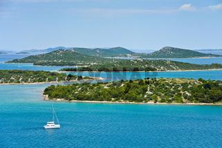 Segeln auf Segelboot bei Insel in Kroatien