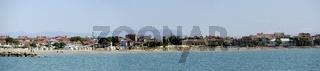 Panoramablick auf den Strand Costa Azzurra in Grado von der Adria aus