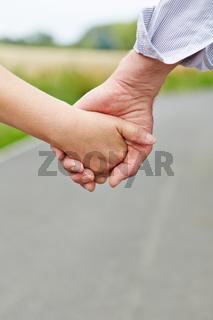 Paar Senioren beim Hand halten