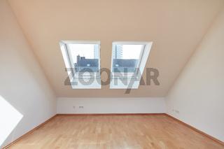 Leerer Raum mit Fenster und Dachschräge in Dachgeschoss