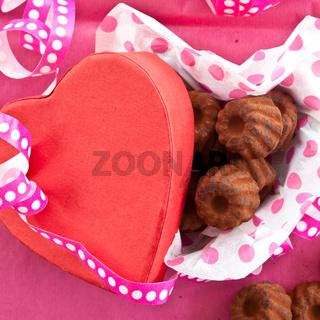 Kleine Pralinen in Herzbox