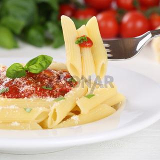 Rigate Nudeln mit Tomaten Napoli Sauce Pasta essen mit Gabel