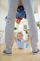 Vater spielt mit Kind zu Hause