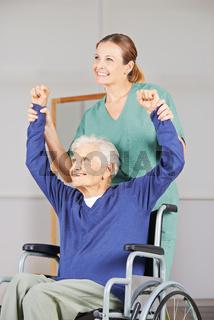 Alte Frau bei Krankengymnastik im Pflegeheim