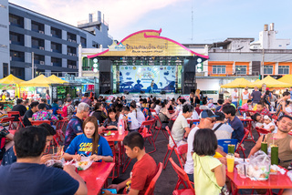 Bühne auf dem Nachtmarkt der Stadt Krabi in Thailand