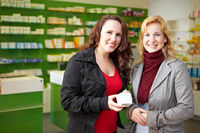 Zwei Frauen in Apotheke
