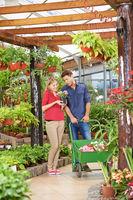 Frau und Mann beim Shopping im Gartencenter