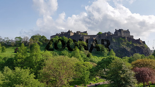 Princes Street Park und Silhouette des Edinburgh Castle in Schottland