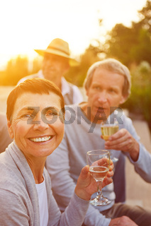 Frau feiert Geburtstag mit Champagner