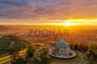Sonnenuntergang über der Grabkapelle am Württemberg in Stuttgart mit Blick auf die Stadt
