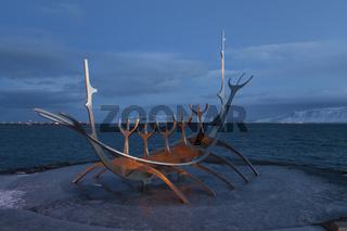 Skulptur an der Küstenpromenade, Reykjavik