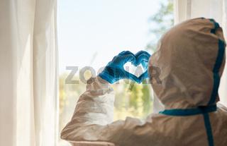 Arzt bildet Herz aus seinen Händen als Zeichen der Dankbarkeit
