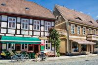 lübbenau, deutschland - 23.05.2019 - altstadt mit tor zum rathaus