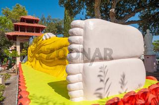 Liegender Buddha im Park der Pagode Hong Hien in Frejus
