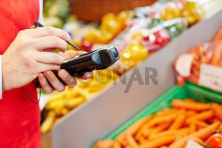 Hand hält mobiles Datenerfassungsgerät