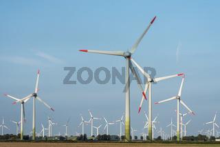 Windräder auf einem Feld in Norddeutschland, Schleswig-Holstein, Deutschland