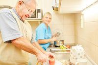 Senior in Küche einer betreuten Seniorenwohnung