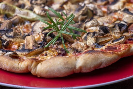Rosmarinauf einer Pizza