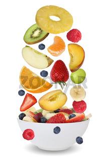 Zutaten für Fruchtsalat mit Früchte wie Orange, Apfel, Banane und Erdbeere