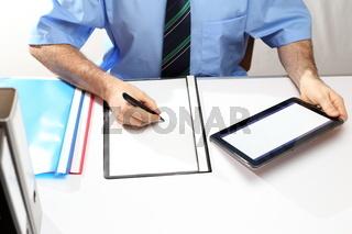 Mann arbeitet mit tablet Computer