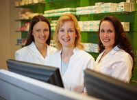 Drei Apothekerinnen in Apotheke