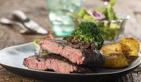 Hälften eines Steaks auf dem Teller