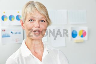 Seniorin als Geschäftsfrau im Büro