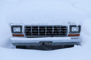 Eingeschneites Auto in Akureyri, Island