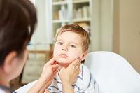 Krankes Kind mit geschwollenen Mandeln