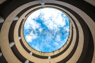 Blick in den Himmel auf einer Auffahrt einer spiralförmigen Rampe in einem Parkhaus in Kuching