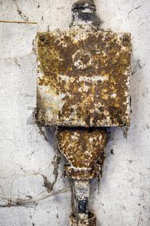 alte elektrische Anlagen Hausanschlußkasten aus Guss