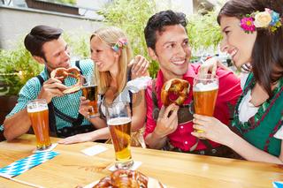 Männer und Frauen flirten beim Oktoberfest