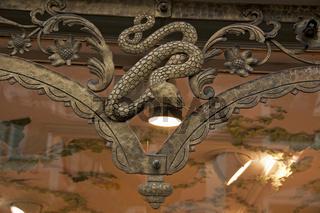 Schlangensymbol. Schaufenster Alte Apotheke in Füssen, Allgäu
