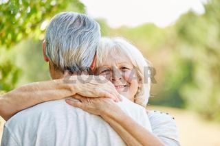 Paar Senioren in Liebe im Sommer