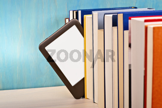 E-Book-Reader zwischen gedruckten Büchern