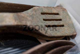 Schimmelpilz auf einem Pfannenwender aus Holz - Nahaufnahme