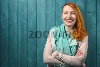 Lächelnde glückliche rothaarige Frau