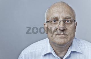 Arbeiter oder Manager in Hemd und Brille