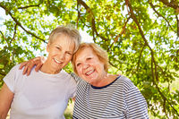 Zwei glückliche Senior Frauen als Freundinnen