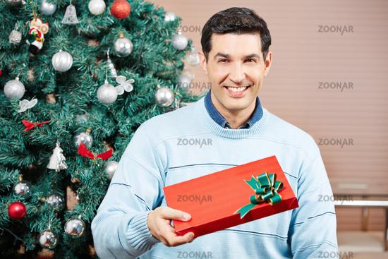 Mann mit Geschenk zu Weihnachten
