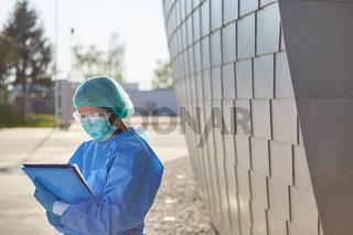 Klinikpersonal führt Besucherliste vor Klinik wegen Coronavirus