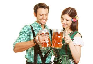 Paar beim Bier trinken in Bayern