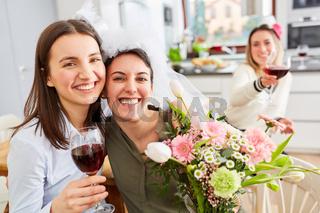 Freundinnen feiern Junggesellinnenabschied mit Braut