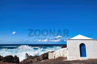 Auf der Kanareninsel Lanzarote locken einsame Strände am Meer zum Verweilen ein
