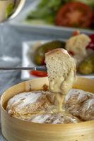 Schweizer Käsefondue mit Brot
