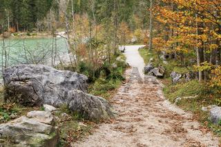 Wanderweg am Hintersee in Bayern