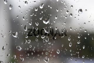 Regentropfen an der Fensterscheibe